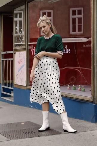 Comment porter des bottes western en cuir blanches: Opte pour un pull à manches courtes vert foncé avec une jupe mi-longue á pois blanche et noire pour une tenue idéale le week-end. Une paire de des bottes western en cuir blanches apporte une touche de décontraction à l'ensemble.