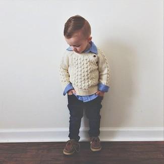 Comment porter: pull beige, chemise à manches longues bleue, jean bleu marine, chaussures bateau marron