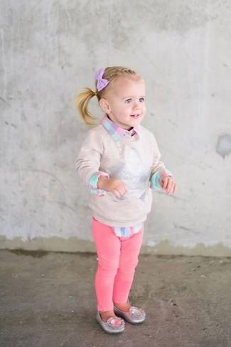 Comment porter: pull beige, chemise de ville à carreaux rose, jean fuchsia, ballerines argentées