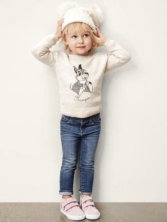 Comment porter: pull beige, jean bleu marine, baskets roses, bonnet blanc