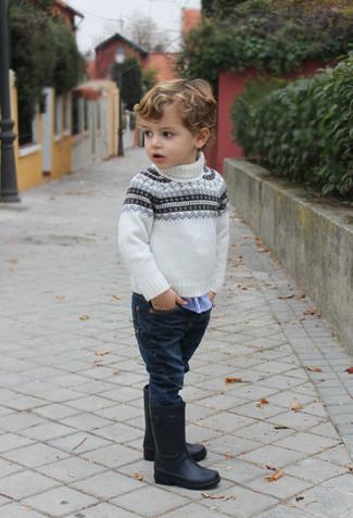 Comment porter: pull en jacquard blanc, chemise à manches longues en vichy bleue, jean bleu marine, bottes de pluie noires