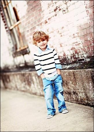 Comment porter: pull à rayures horizontales blanc et noir, chemise à manches longues bleu clair, jean bleu clair, baskets noires et blanches
