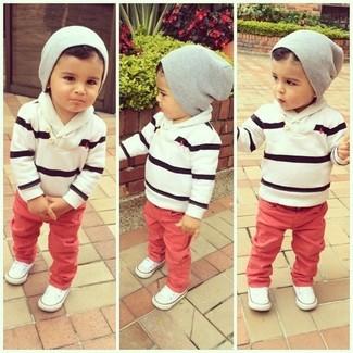 Comment porter: pull à rayures horizontales blanc et noir, jean rouge, baskets blanches, bonnet gris
