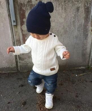 Comment porter: pull blanc, jean déchiré bleu, baskets blanches, bonnet bleu marine