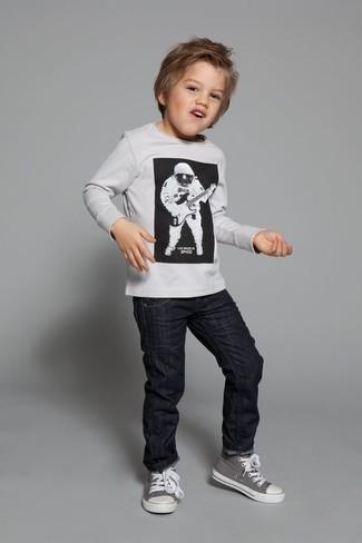 Comment porter: pull blanc, jean noir, baskets grises