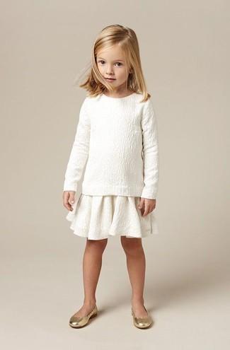 Comment porter: pull blanc, jupe blanche, ballerines dorées