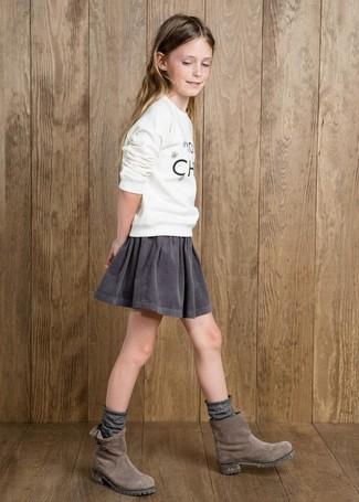 Comment porter: pull imprimé blanc, jupe grise, bottes en daim grises, chaussettes grises