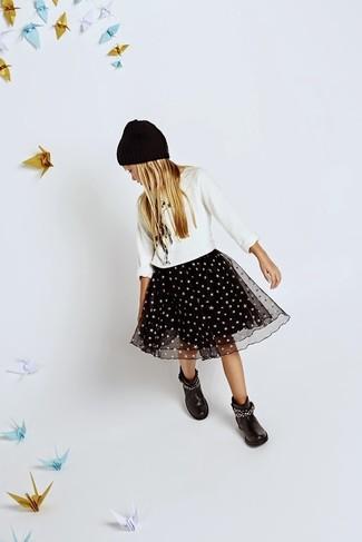 Comment porter: pull blanc, jupe de tulle noire, bottes noires, bonnet noir