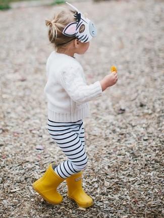 Comment porter: pull blanc, leggings à rayures horizontales blancs et noirs, bottes de pluie jaunes