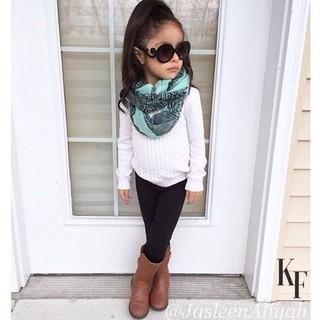 Comment porter: pull blanc, leggings noirs, bottes marron, écharpe vert menthe