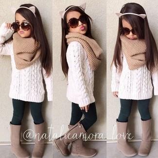 Comment porter: pull blanc, leggings vert foncé, bottes marron, écharpe marron clair