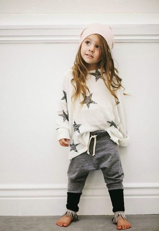 Comment porter: pull blanc, pantalon gris, bonnet rose