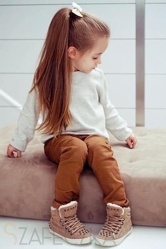 Comment porter: pull blanc, pantalon tabac, baskets marron
