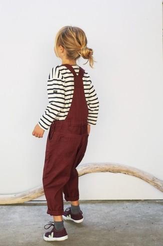 Comment porter: pull à rayures horizontales blanc, salopette bordeaux, baskets bordeaux, chaussettes grises