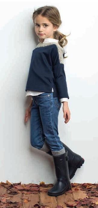 Comment porter: pull bleu marine, chemise de ville blanche, jean bleu, bottes de pluie noires