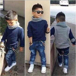 Comment porter: pull bleu marine, jean bleu marine, baskets blanches, écharpe grise