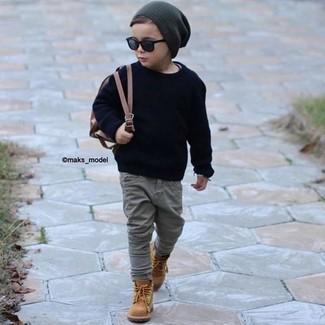 Comment porter: pull bleu marine, jean gris, bottes marron clair, bonnet gris foncé