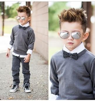 Comment porter: pull gris, chemise à manches longues blanche, jean gris, baskets blanches