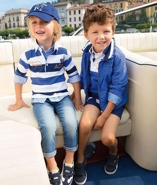 Comment porter: pull à rayures horizontales blanc et bleu, chemise à manches longues écossaise bleu clair, jean bleu clair, baskets noires et blanches