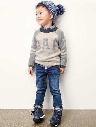 Comment porter: pull gris, chemise à manches longues écossaise bleu marine, jean bleu marine, baskets bleu marine