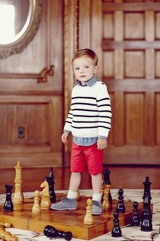 Comment porter: pull à rayures horizontales blanc, chemise à manches longues en denim bleue, short rouge, chaussures richelieu grises