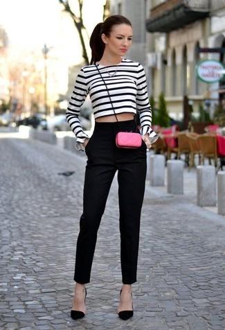 Associer un pull court à rayures horizontales blanc et bleu marine avec un pantalon de costume noir est une option confortable pour faire des courses en ville. Ajoute une paire de des escarpins en daim noirs à ton look pour une amélioration instantanée de ton style.