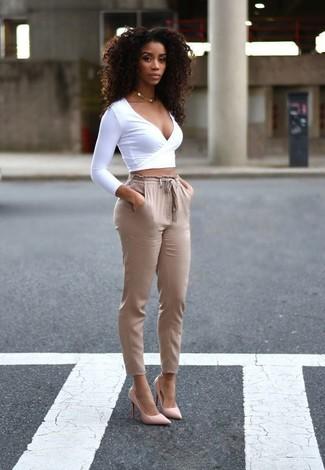Comment porter: pull court blanc, pantalon carotte marron clair, escarpins en cuir roses, collier doré