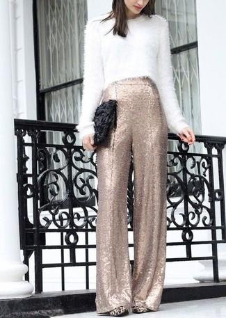 Choisis un pull court duveteux blanc et une pochette en cuir noire femmes Tory Burch pour une tenue raffinée mais idéale le week-end. Apportez une touche d'élégance à votre tenue avec une paire de des escarpins en daim imprimés léopard bruns clairs.