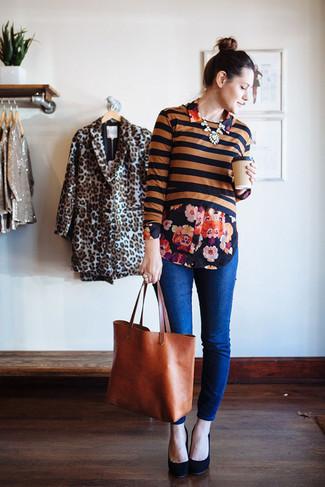 Tenue: Pull court à rayures horizontales noir, Chemise de ville à fleurs noire, Jean bleu, Escarpins en daim noirs