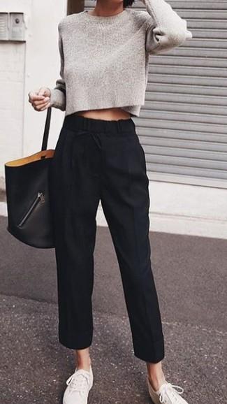 Comment porter: pull court gris, pantalon carotte noir, baskets basses en toile blanches, sac fourre-tout en cuir noir