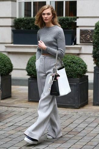 Tenue: Pull court gris, Pantalon large en laine gris, Mocassins plateforme en cuir noirs et blancs, Sac fourre-tout en cuir blanc et noir