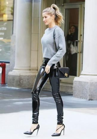 Comment porter: pull court gris, pantalon slim en cuir noir, escarpins en cuir noirs, sac bandoulière en cuir matelassé noir
