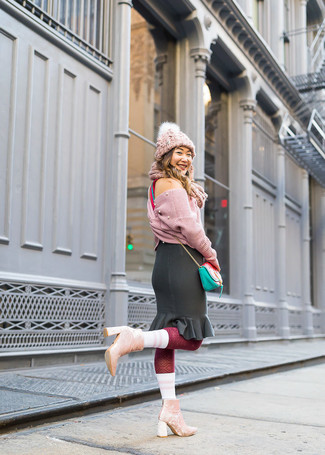 Comment porter: pull court en tricot rose, jupe crayon à volants noire, bottines en velours roses, sac bandoulière en cuir vert menthe