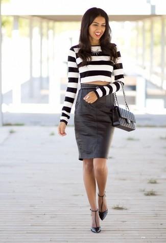 Comment porter: pull court à rayures horizontales blanc et noir, jupe crayon en cuir noire, escarpins en cuir noirs, cartable en cuir matelassé noir