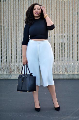 Comment porter des escarpins en daim noirs: Essaie d'harmoniser un pull court noir avec une jupe-culotte blanche pour un look confortable et décontracté. Assortis ce look avec une paire de des escarpins en daim noirs.