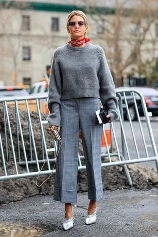 Comment porter: pull court en tricot gris, jupe-culotte écossaise grise, mules en cuir argentées, bandana rouge et blanc