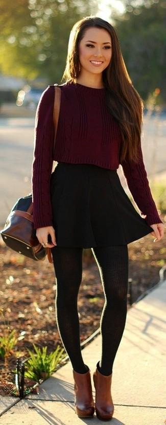 """Si tu es une fille plutôt """"jean t-shirt"""", tu vas aimer le combo simple d'un pull court bordeaux et d'une jupe patineuse noire. Pour les chaussures, fais un choix décontracté avec une paire de des chaussures."""