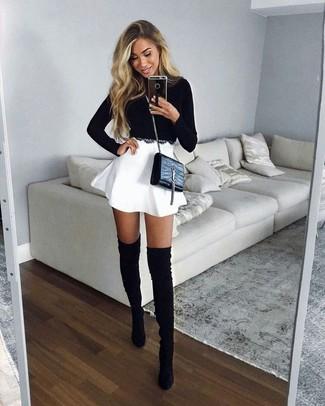 Comment porter: pull court noir, jupe patineuse blanche, cuissardes en daim noires, sac bandoulière en cuir noir