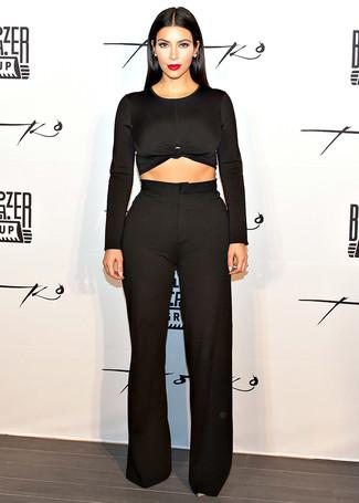 Tenue de Kim Kardashian: Pull court noir, Pantalon large noir