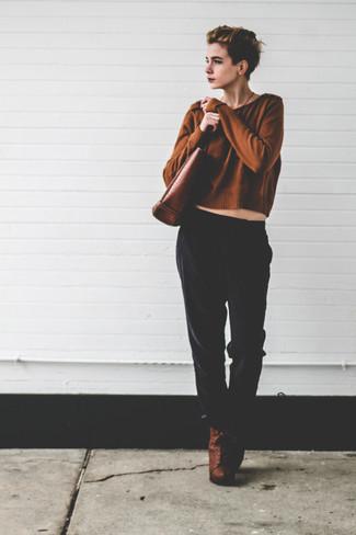 Comment porter: pull court marron, pantalon style pyjama noir, bottines à lacets en cuir marron, sac fourre-tout en cuir marron