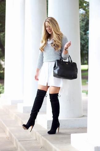 Comment porter: pull court gris, robe chemise blanche, cuissardes en daim noires, sac fourre-tout en cuir noir