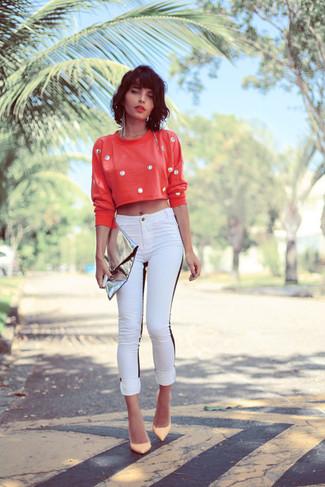 Comment porter un jean skinny blanc en automne: Pense à associer un pull court á pois rouge avec un jean skinny blanc pour une tenue confortable aussi composée avec goût. Cette tenue est parfait avec une paire de des escarpins en cuir beiges. On trouve que pour l'automne ce look est sublime et très beau.