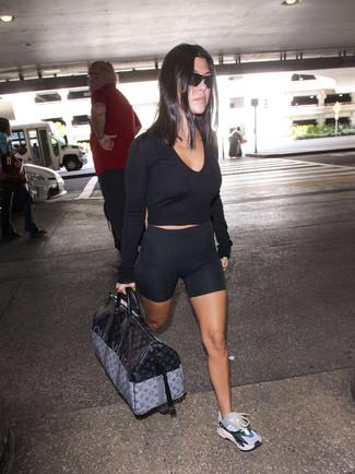 Comment porter: pull court noir, short cycliste noir, chaussures de sport multicolores, grand sac en cuir imprimé noir