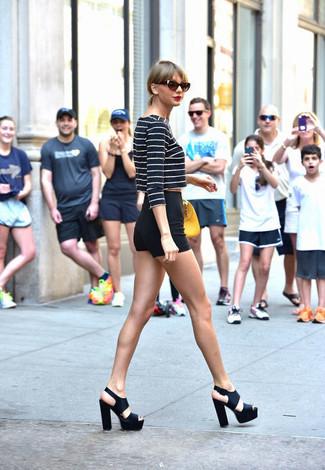Tenue de Taylor Swift: Pull court à rayures horizontales bleu marine et blanc, Short noir, Sandales à talons en cuir épaisses noires, Sac à main en cuir jaune
