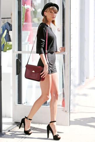 Tenue de Taylor Swift: Pull court noir, Short noir, Sandales à talons en daim noires, Cartable en cuir bordeaux
