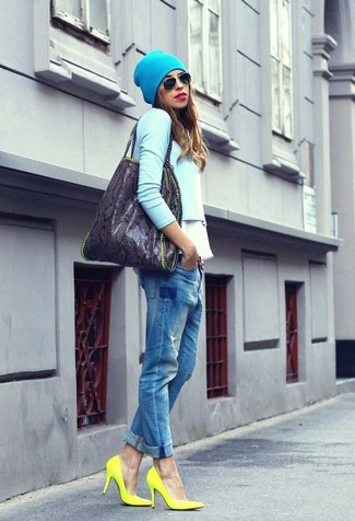 Comment porter des lunettes de soleil vertes: Harmonise un pull court bleu clair avec des lunettes de soleil vertes pour créer un look génial et idéal le week-end. Assortis ce look avec une paire de des escarpins en cuir jaunes.