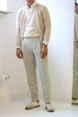 Comment porter un cardigan beige: Choisis un cardigan beige et un pantalon de costume beige pour un look classique et élégant. Tu veux y aller doucement avec les chaussures? Termine ce look avec une paire de des baskets basses en cuir blanches pour la journée.