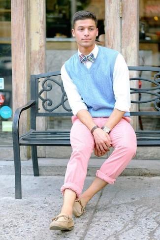 Comment porter: pull en v sans manches bleu clair, chemise de ville blanche, pantalon chino rose, chaussures bateau en daim beiges