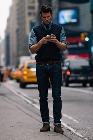 Essaie d'harmoniser un pull en v sans manches noir Gant avec un jean bleu marine pour achever un look habillé mais pas trop. Jouez la carte décontractée pour les chaussures et assortis cette tenue avec une paire de des bottines chukka en daim marron foncé.