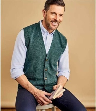 Comment porter une chemise à manches longues: Pense à marier une chemise à manches longues avec un pantalon chino bleu marine pour un déjeuner le dimanche entre amis.